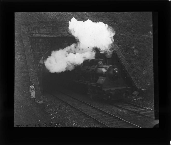 Sortie du tunnel avec train à vapeur