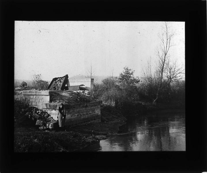 Ruines sur l'Aisne et femme (Gabrielle)