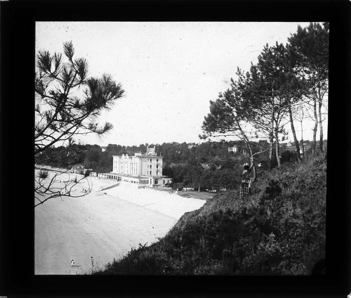 Façade sur plage, vue en plongée depuis le bois
