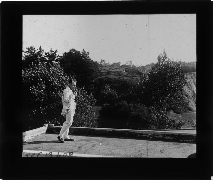 Terrasse sur jardin et homme (Jean)