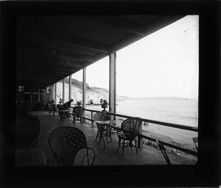 Terrasse couverte donnant sur la plage