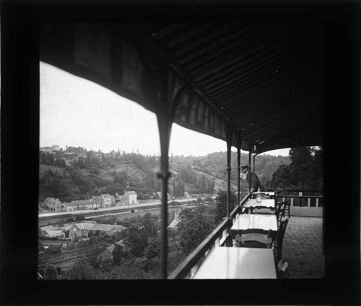 Terrasse couverte donnant sur la Rance et homme
