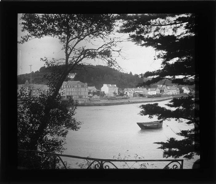 Façades donnant sur l'estuaire du Goyen depuis le bois situé sur la rive est
