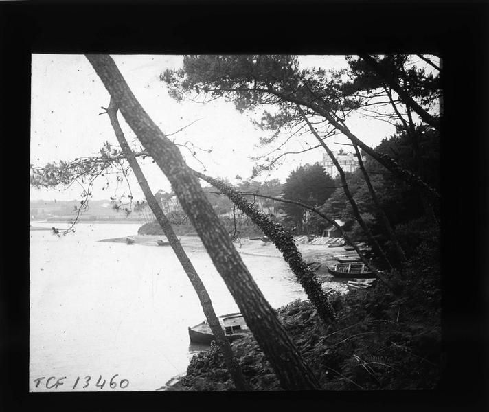 Estuaire du Goyen avec plage et barques en contrebas du château