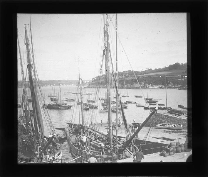 Bateaux et barques amarrés