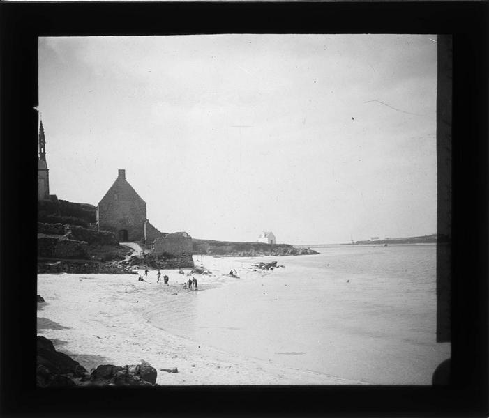 Ensemble sur plage animée donnant sur l'embouchure du Goyen