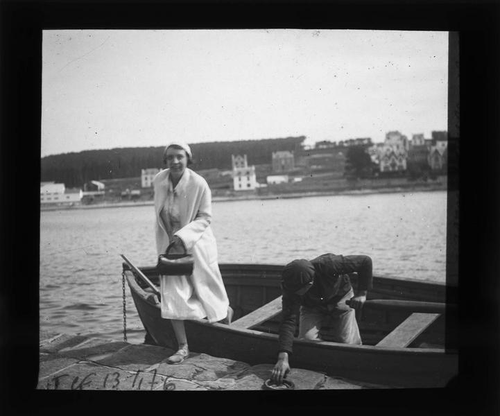 Portrait d'une femme (Gabrielle) débarquant d'un canot