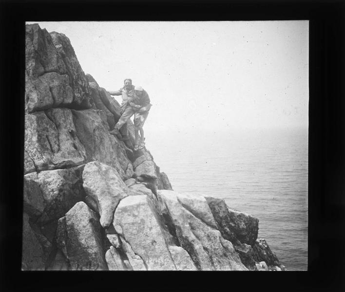 Pointe du Raz, un homme et une femme escaladant les rochers