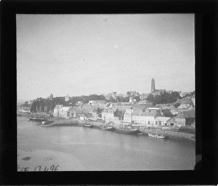 Bateaux à quai depuis le pont Neuf, et ville en arrière-plan