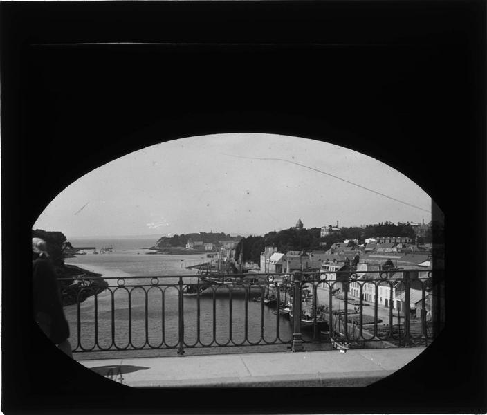 Entrée du port et île de Tristan depuis le pont neuf