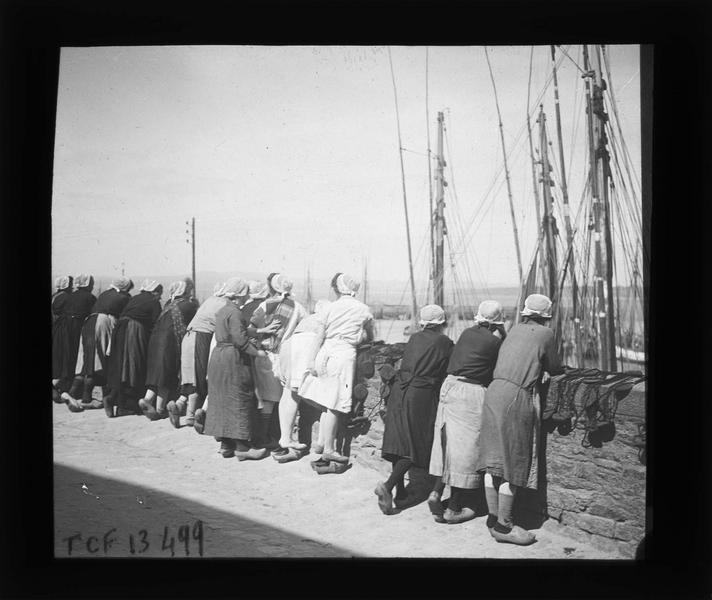Groupe de sardinières attendant l'arrivée des bateaux au port