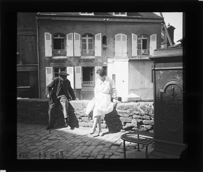 Portrait d'une femme (Gabrielle) et d'un vieil homme assis sur un muret