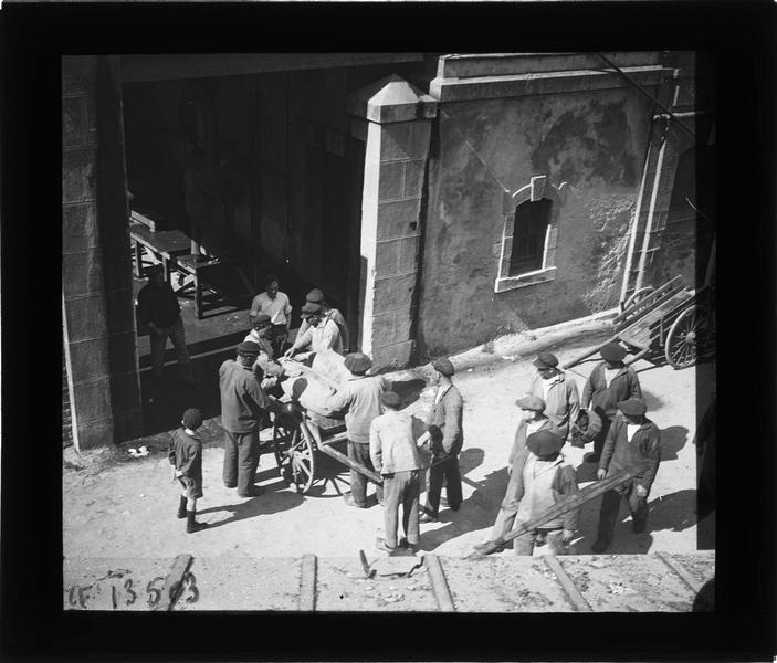 Groupe d'ouvriers autour d'une charrette