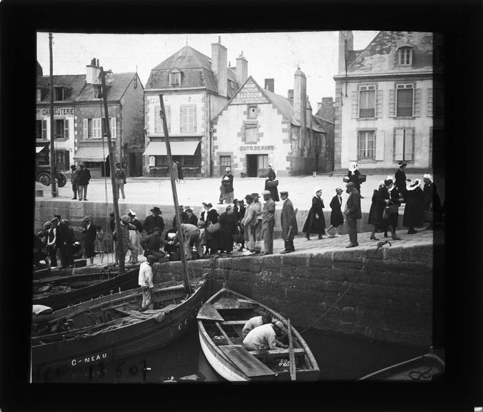 Bateaux à quai, vue animée sur la cale à l'arrivée des sardiniers