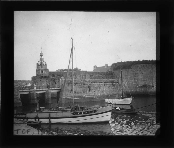 Tour de l´Horloge, pont et remparts avec bateaux amarrés au premier plan depuis le quai Peneroff