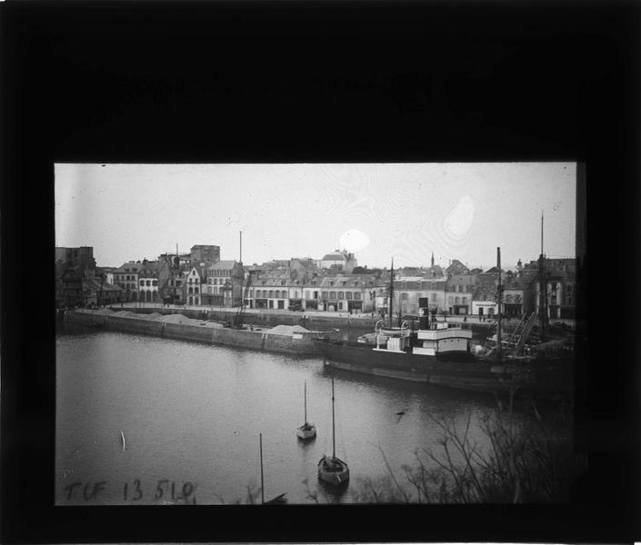 Bateaux à quai depuis le pont de la Ville Close et maisons en arrière-plan