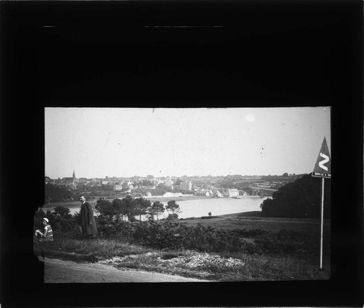 Panorama depuis le boulevard de Bretagne et deux personnes au premier plan