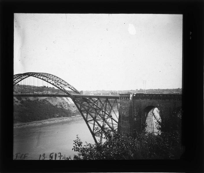 Pont sur la Vilaine, vue partielle (détruit en 1944)