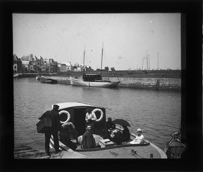 Bateau à quai avec voyageurs en partance pour la pointe de Pen-Bron
