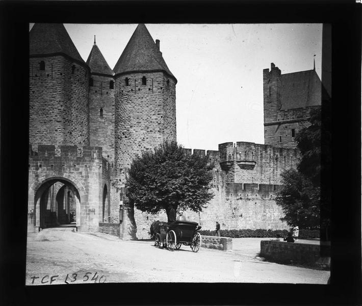 Porte Narbonnaise depuis le pont et voiture à cheval