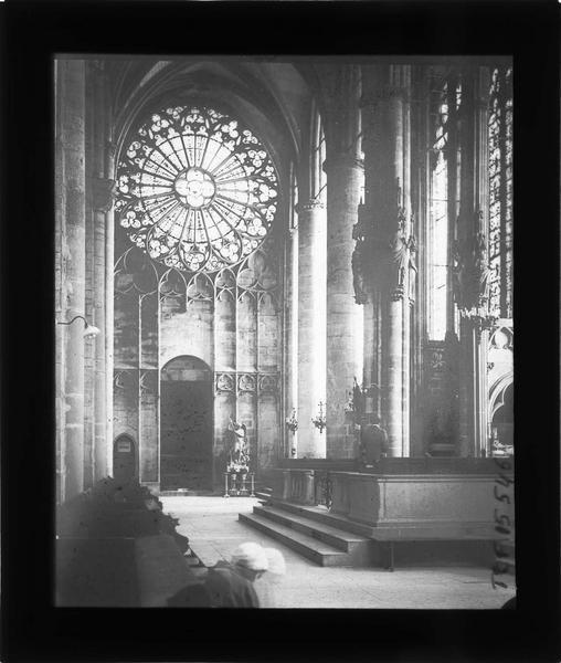 Intérieur : transept nord orné d'une rosace