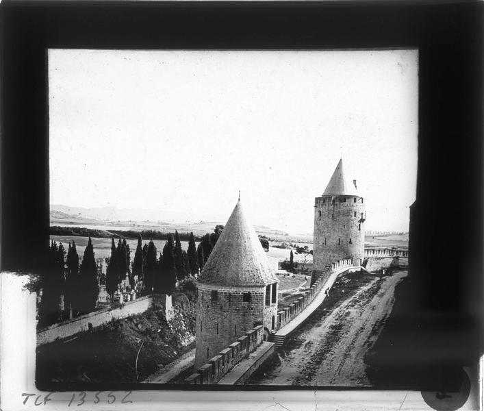 Tour de la Peyre et tour de la Vade depuis la lice haute et cimetière en arrière-plan