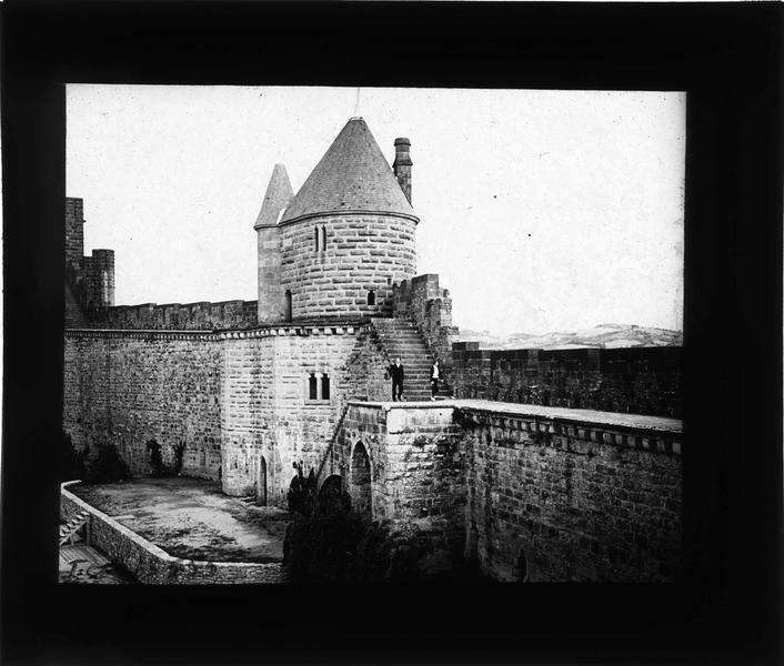 Tour du Moulin du Midi et scène du théâtre antique en contrebas