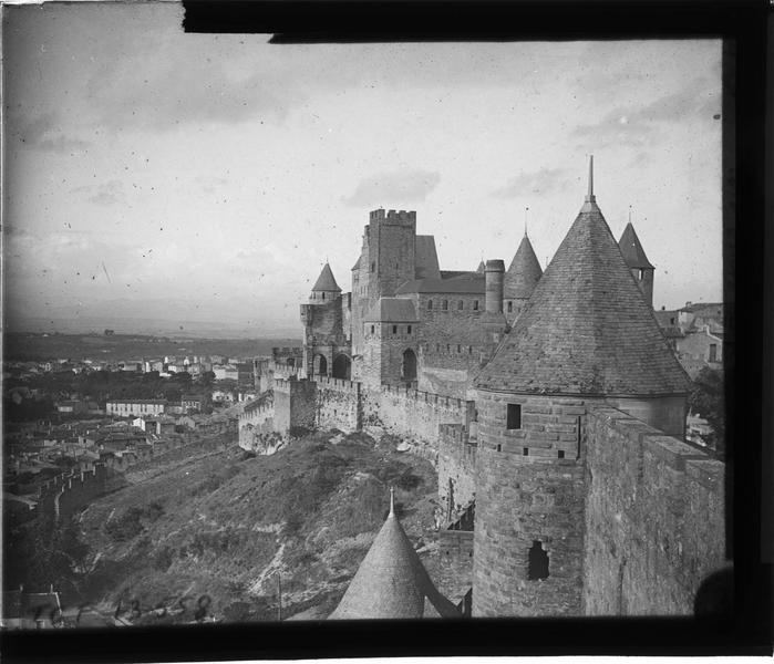 Enceinte extérieure du château et tour de l'Inquisition depuis les remparts, côté sud
