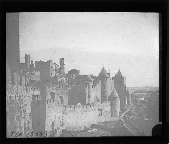 Enceinte extérieure du château depuis les remparts, côté nord