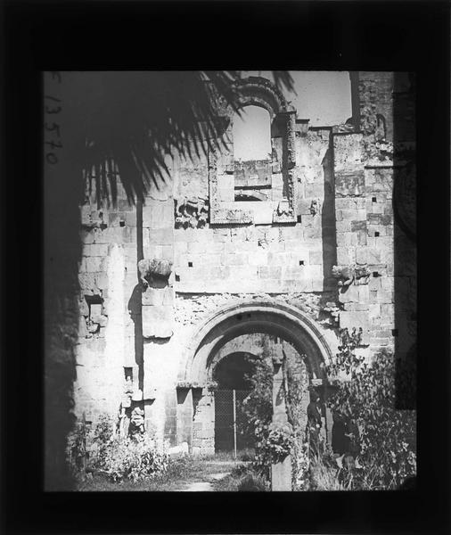 Portail sud en ruines