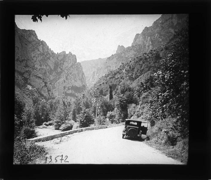 Route longeant l'Aude et voiture stationnée