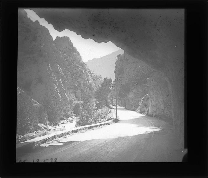 Route de la vallée de l'Aude surplombée d'une paroi rocheuse