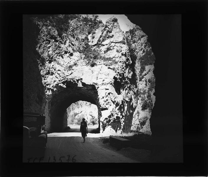 Tunnel, appelé Trou du Curé, sur la route de la vallée de l'Aude avec voiture stationnée et femme