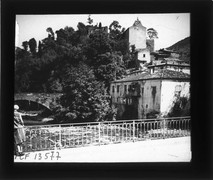 Vieux pont sur l'Aude et chapelle castrale depuis le pont Neuf et femme de dos
