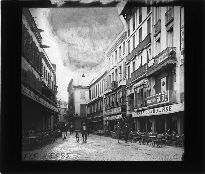 Façades et terrasses du Grand café de France (à gauche), du Café de la Bourse et du Majestic bar sur rue animée