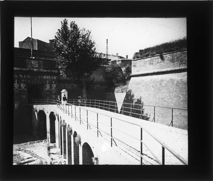 Pont et entrée de la citadelle