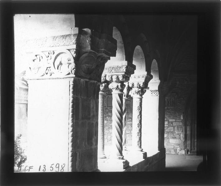 Intérieur : galerie du cloître, détail des colonnes sculptées