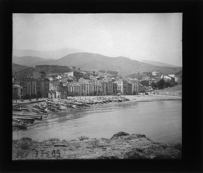 Bateaux sur la plage et ville en arrière-plan