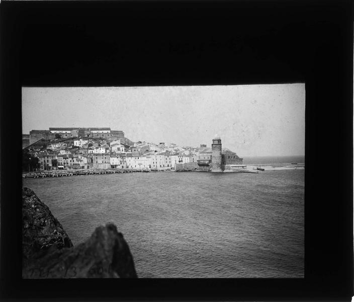 Ensemble sur la mer avec clocher (ancien phare)