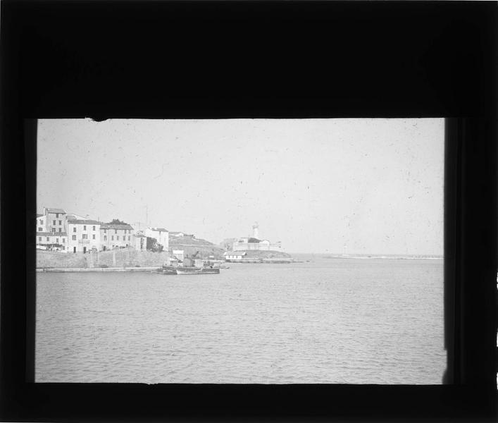 Entrée du port et phare en arrière-plan