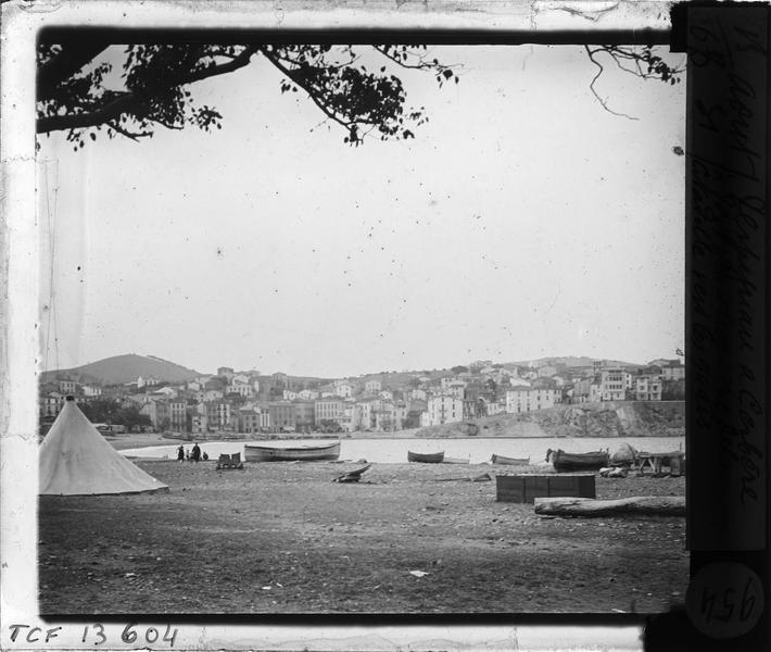 Anse du Foncaulté: plage avec barques et maisons en arrière-plan