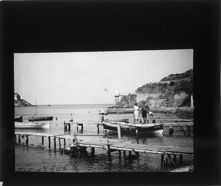 Barques amarrées dans l'anse Cristine et fortifications en arrière-plan, vue animée