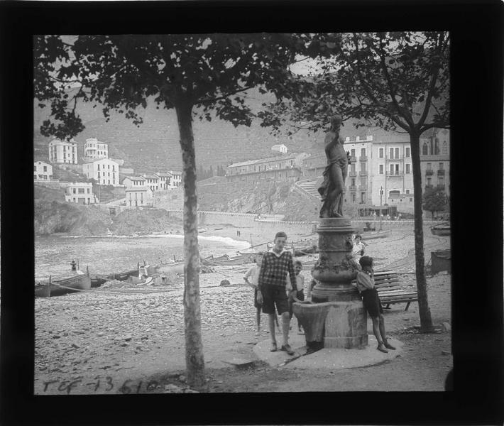 Fontaine surmontée d'une statue de 'Flore' de Mathurin Moreau, vue animée avec enfants et plage en arrière-plan