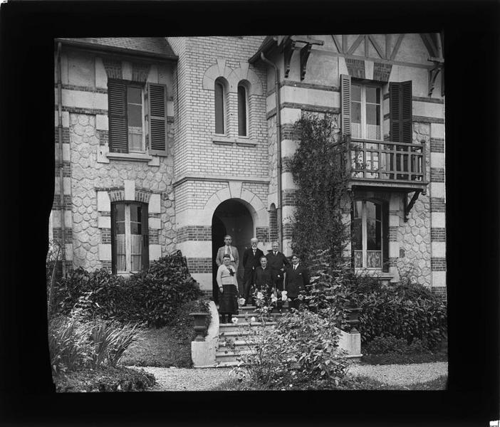 Façade sur jardin et groupe de personnes posant devant l'entrée (propriété de M. Hamelin)