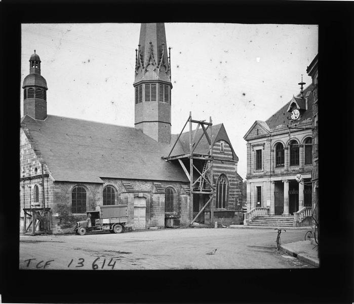 Ensemble sud-ouest (en travaux) et vue partielle de la mairie