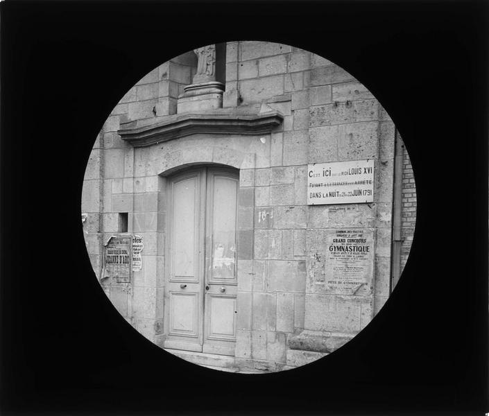 Porte d'entrée et plaque commémorative