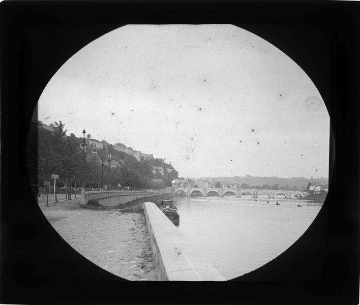 Pont depuis les quais donnant sur l'avenue Baron de Moreau