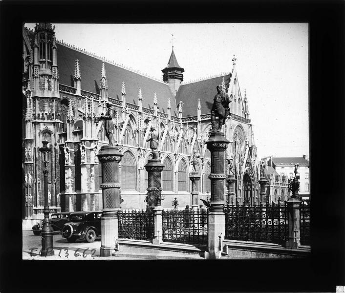 Façade sud, vue partielle, et statues entourant le square du Petit Sablon