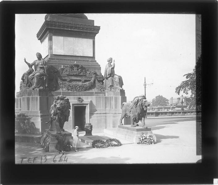 Tombeau du Soldat Inconnu à la base de la colonne, vue partielle