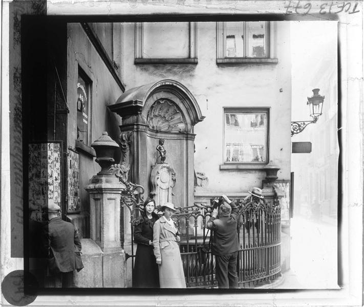 Fontaine, vue animée avec photographe et deux femmes